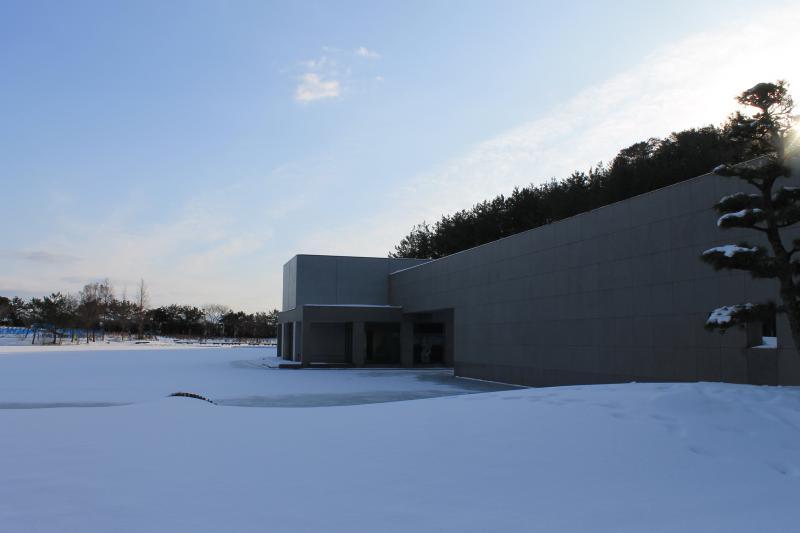 今朝の土門拳記念館、池も凍っています
