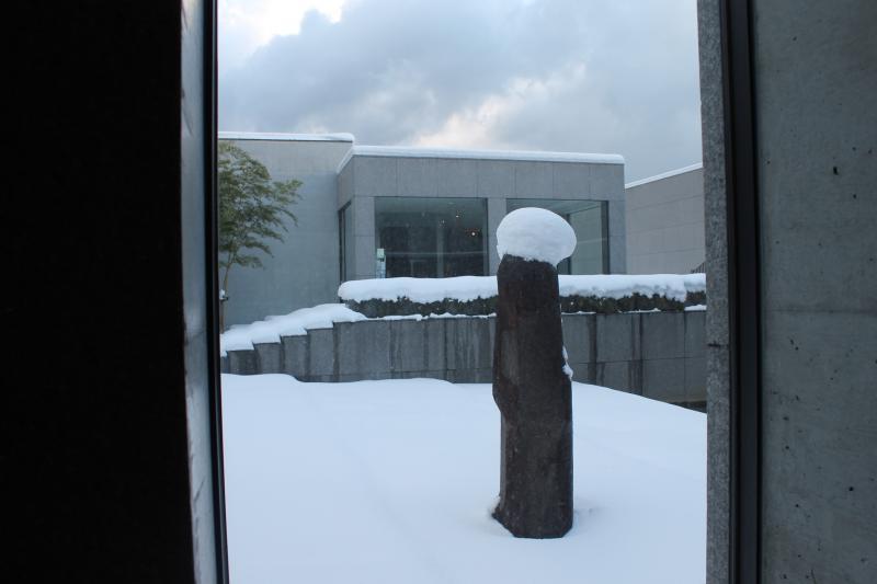 今日はイサムノグチの彫刻「土門さん」も雪の帽子